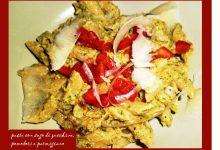 pasta con sugo di zucchine, pomodori e scaglie di parmigiano